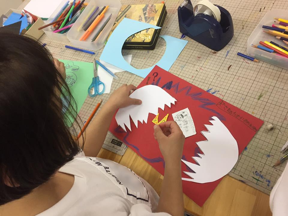 台紙に紙を貼ったり、絵を描いたりしていきます
