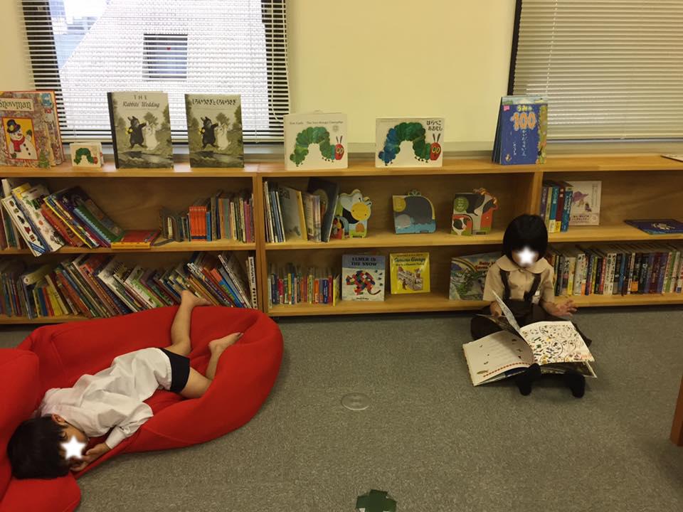 一人で絵本を読んでいる子がいたり、 ソファーでのびている子がいたり。