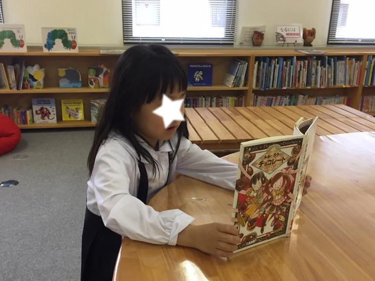 一人、絵本を読む子も
