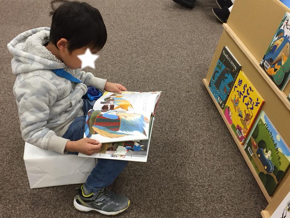 みんな、あっという間にそれぞれ好きな絵本を見はじめました。