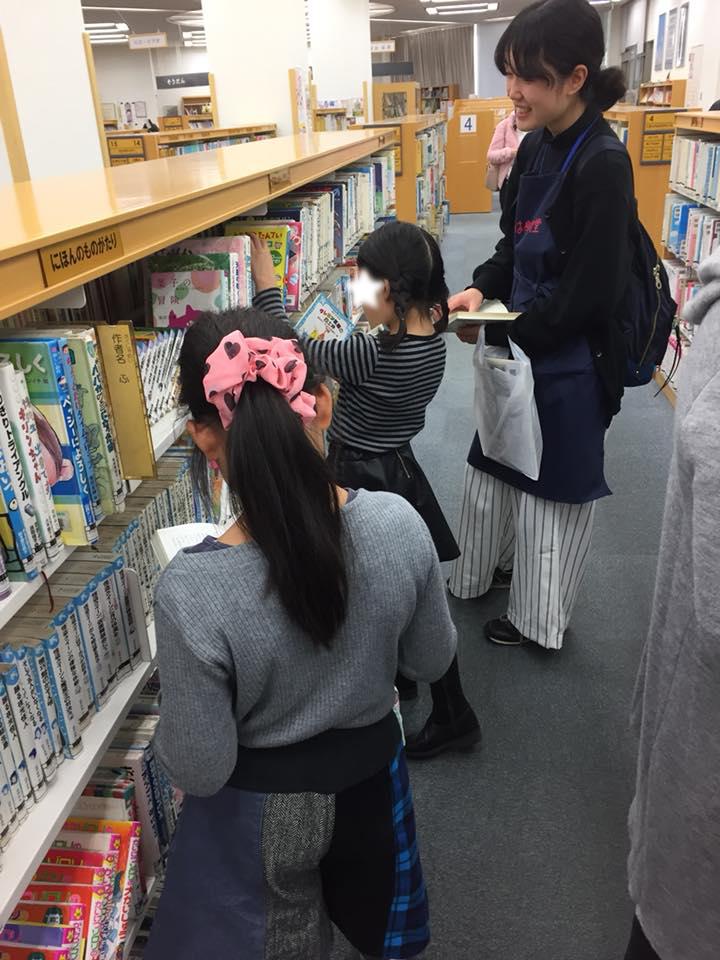 それぞれ好きな絵本や本を見つけ出し、 読み始めました